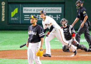 6回2死一塁、右越え2ラン本塁打を放つ岡本和真(投手はスアレス、捕手は甲斐拓也)