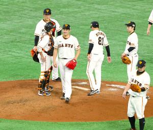 7回1死一満塁、代打・内川聖一を迎え、降板する菅野智之(左から3人目)