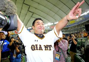 現役最後の試合を終えた阿部慎之助は試合後も残ったファンに向かって笑顔を見せる