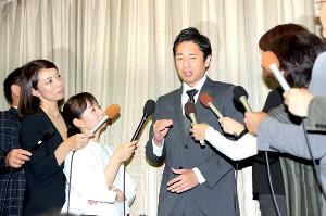 申告漏れの理由を説明するチュートリアル・徳井義実(カメラ・保井 秀則)