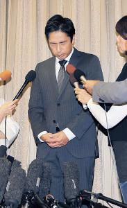険しい表情で自身の申告漏れについて説明するチュートリアル・徳井義実
