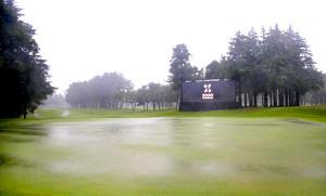 大雨で水の浮いた18番グリーン。悪天候で第2ラウンドは中止、順延となった(カメラ・相川 和寛)