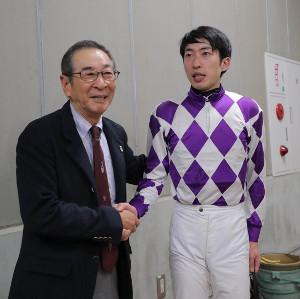 東京1レース 最終騎乗を終え父の小島太元調教師(左)と握手する小島太一騎手(カメラ・池内 雅彦)