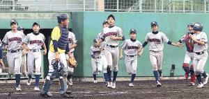 初の決勝進出を決めてベンチを飛び出し喜ぶ東大阪北ナイン