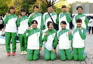 石巻専大のメンバーと泉田監督(後列左から4人目)