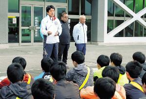 予選会から一夜明けた朝練習の前に選手に向けて話をする山梨学院大の飯島駅伝監督