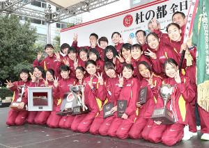 3連覇を達成した名城大の選手たちは笑顔でポーズ