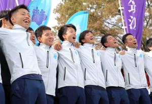 応援団と一緒に歌を歌う筑波大