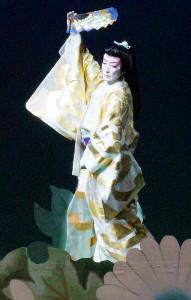 「振袖菊」を踊る専科・轟悠