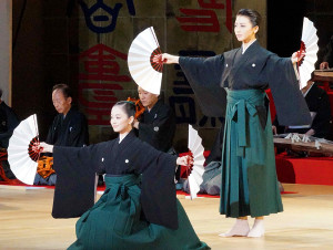 宝塚舞踊会。フィナーレで踊る星組新トップコンビの礼真琴(右)と舞空瞳