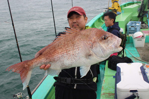 優勝した山口さんが釣り上げた4.37キロのマダイ(植田丸で)