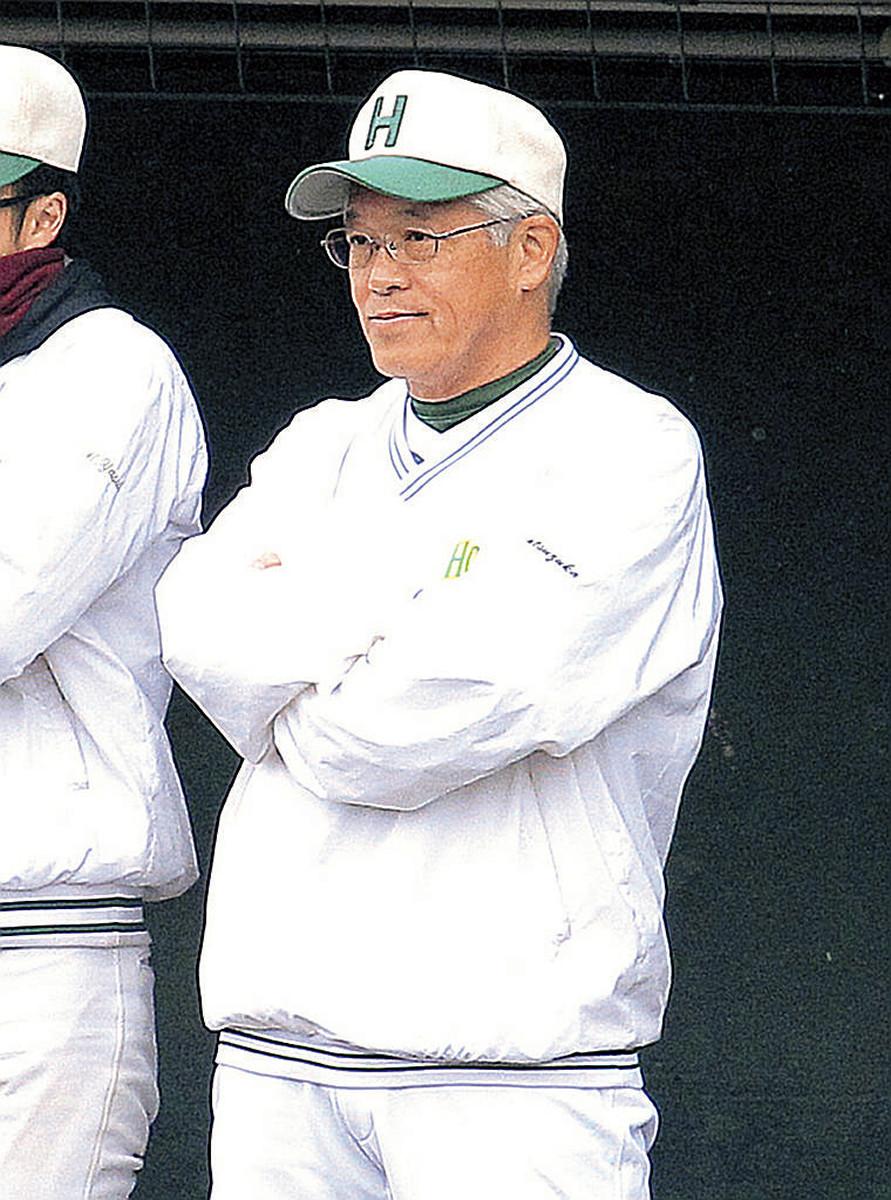 ベンチで選手の動きを見つめる北大・秋野新監督