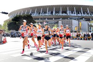 9月のMGCで新国立競技場を背に力走する選手