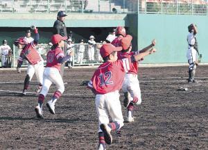 逆転サヨナラ勝ちに大淀・枚方・大阪此花合同ナインはベンチを飛び出し大喜び