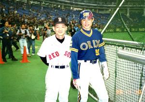 1996年、オリックス時代のイチローと記念撮影する星野さん