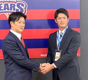 指名あいさつで野間口スカウト(左)と握手を交わす巨人の育成2位・加藤壮太