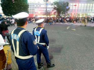 ハロウィーンに向けて警戒の警察官が立つ渋谷のスクランブル交差点