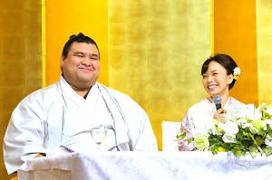 笑顔で婚約発表記者会見を行った高安(左)と杜このみ(カメラ・岩下 翔太)