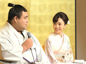 婚約発表記者会見で記者の質問に答える高安(左)を笑顔で見つめる杜このみ(カメラ・岩下 翔太)