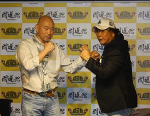 大仁田厚(右)と山崎一夫氏(左)がファイティングポーズ