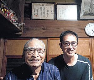筑波大の弘山監督(右)は選手寮の大家・中島さんに改めて感謝した