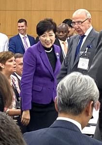 紫色のジャケットで4社協議に出席した小池百合子都知事