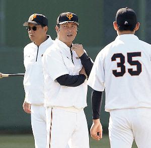 桜井《35》と話をする元木ヘッドコーチ(左は原監督)