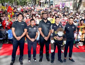 日本代表の(左から)徳永祥尭、流大、リーチ・マイケル、中村亮士、松島幸太朗