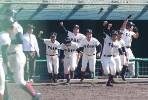 9回、伊東の適時打でサヨナラ勝利し、ベンチを飛び出す大阪桐蔭ナイン