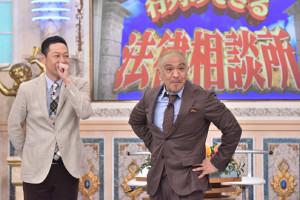 「行列のできる法律相談所」よりMC・東野幸治とSPゲストの松本人志(C)日本テレビ
