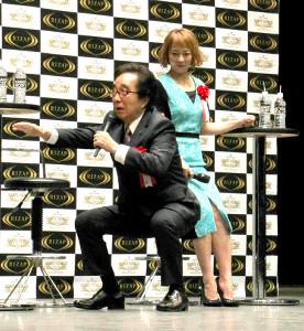 特別審査員として登壇した佐藤仁美とスクワットを披露した大村崑