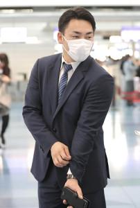 侍ジャパンに合流するため、羽田空港から台湾に出発した巨人・丸