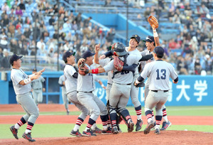 3季ぶり優勝を果たし、歓喜する慶大ナイン