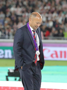 決勝で敗れ銀メダルを首に掛けるイングランドのエディー・ジョーンズヘッドコーチ