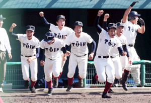 9回、伊東のサヨナラ打でベンチを飛び出す大阪桐蔭ナイン(カメラ・谷口 健二)