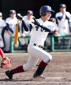 9回1死二塁、右翼線にサヨナラの適時二塁打を放つ大阪桐蔭・伊東