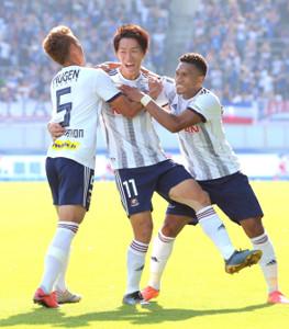 前半17分、先制ゴールを決め、ティーラトン(左)、マテウス(右)と喜ぶ横浜M・遠藤