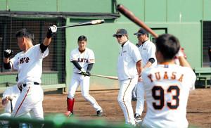 若手選手の打撃練習をチェックする石井野手総合コーチ(右から3人目