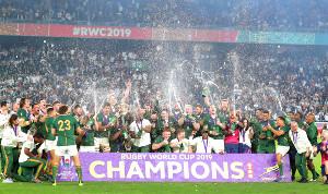 優勝した南アフリカはビールのシャワーを浴びる