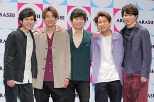 会見を行った嵐(左から)二宮和也、相葉雅紀、松本潤、大野智、櫻井翔