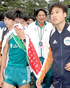 ゴールした青学大のアンカー8区・飯田貴之(左端)と原晋監督(中央)