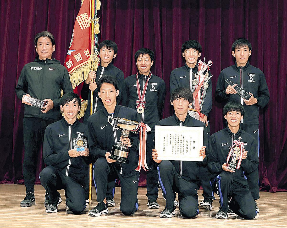 優勝し記念写真に納まる東海大の(前列左から)小松、西川、塩沢、西田、(後列左から)両角監督、市村、郡司、松尾、名取