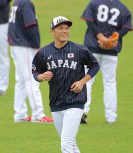 笑顔でアップする坂本勇人