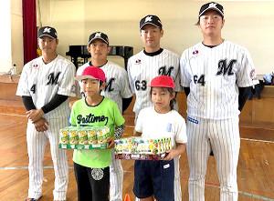 鴨川市内の小学校を訪問したロッテの(左から)藤岡、菅野、種市、二木