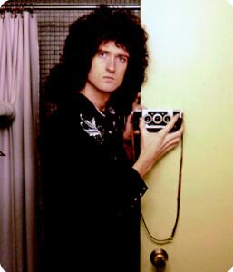ツアー中ホテルの浴室で写真を撮るブライアン・メイ「QUEEN in 3―D クイーン フォト・バイオグラフィ」から