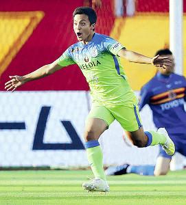 先制のゴールを決めて喜ぶ湘南・斉藤