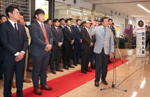宮崎空港での歓迎セレモニーで挨拶をする原辰徳監督(右手前)。(左から)桜井俊貴、岡本和真