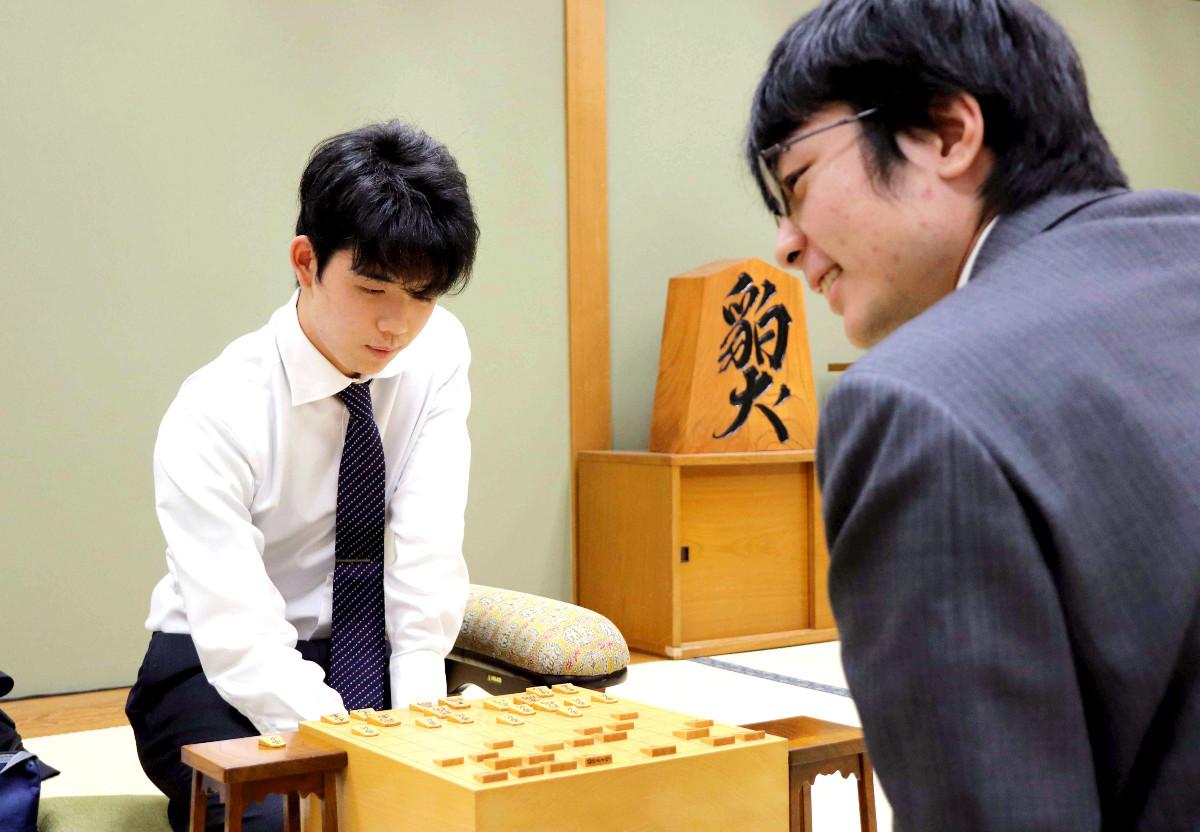 青嶋未来五段(右)に勝ち、感想戦を行う藤井聡太七段