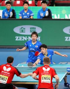イングランドにストレート勝ちした(左から)丹羽孝希、吉村真晴ペア