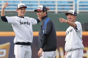 アップする(左から)坂本勇人、山田哲人、菊池涼介